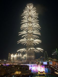 Dubai, New Year's Eve at just the right moment. Now there's a festive sky scraper!  #NewYearsEve  #celebrations