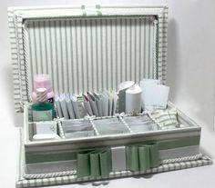 Caixa de madeira forrada em tecido com luvas personalizadas. Inclui rótulos personalizados impressos em papel couchê. Não inclui produtos de higiene e medicamentos. R$ 220,00: