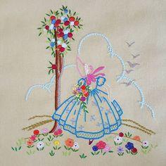 처음 자수 기초과정 배우면서  수 놓았던 크리놀린 레이디~~ 그땐 나름대로 스티치며 실 색깔을 고민 고민 했었는데🤔 지금보니 살짝 촌스러운듯 ^.*😅😶😜 #프랑스자수 #자수 #자수타그램 #취미 #바느질 #크리놀린레이디 #embroidery #sewing #handmade #needlework