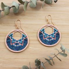Brick Stitch weaving tutorial: Learn how to weave Miyuki beads around a hex spacer itself inside a weaving ring. Learn how to weave Miyuki creoles with two interlocking rings. Seed Bead Jewelry, Bead Jewellery, Seed Bead Earrings, Diy Earrings, Diy Jewelry, Hoop Earrings, Beaded Necklace, Homemade Jewelry, Jewelry Stand