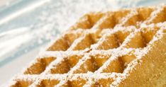 Star des foires et fêtes forraines, la gaufre est très simple et rapide à réaliser à la maison lorsque l'on possède un gaufrier! Croustillante à l'extérieur et moelleuse à coeur, elle se déguste bien chaude saupoudrée de sucre glace puis nappée généreusement de chantilly, pâte à tartiner, caramel, confiture ou de quelques fruits frais.
