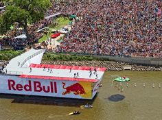 Il 19 giugno a Milano torna l'evento più pazzo dell'anno: il RED BULL FLUGTAG, la gara tra le macchine volanti più esilaranti mai viste progettate da 40 team provenienti da tutta Italia