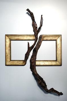 Darryl Cox donne une seconde vie à des vieux cadres en les fusionnant avec des branches d'arbres choisies pour leur ressemblance. En faisant ça il donne l'impression soit que les cadres sont en train de retourner à leur état naturel, soit qu'ils n'ont pas été fini de sculpter dans leur matière première.