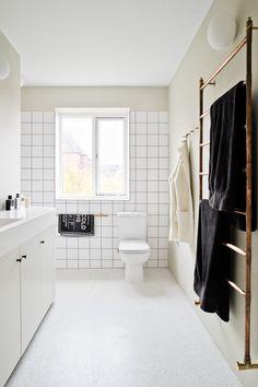 New white wood floors bathroom towel racks Ideas Best Bathroom Tiles, Wood Floor Bathroom, Beige Bathroom, Towel Rack Bathroom, Bathroom Wall Decor, Bathroom Flooring, Bathroom Interior, Small Bathroom, Bathroom Lighting