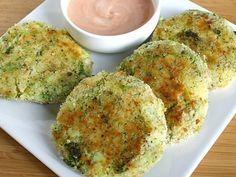 wegetariańskie burgery z brokuła 1 mały lub średni brokuł  3/4 szklanki startego sera 1 szklanka bułki tartej 1/4 2 jajka, roztrzepane 1 ząbek czosnku,  mięso mielone ½ cebuli (opcjonalnie) Sól i pieprz (do smaku) Olej roślinny (opcjonalnie) Grecki jogurt i sos pomidorowy w równych częściach (w sosie)
