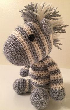 Lieve knuffel zebra gemaakt door Jamie Storer. Het haakpatroon is gratis, geschreven in het Engels maar wel geschikt voor beginnende haaksters.