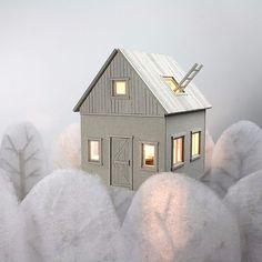 Η Vera van Wolferen (@veravanwolferen) δημιούργησε το δικό της χειμωνιάτικο τοπίο - με ένα σπίτι από χαρτόνι.  ##craftcraft #cardboardhouse #winterwonderland #miniature #miniatureart #cardboardart #minwonderland #paperart