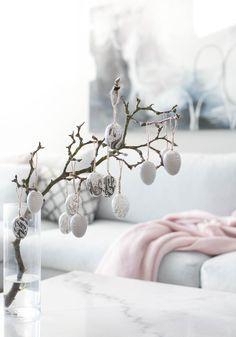 Ensi viikolla on siis pääsiäinen. Tämä infoksi enemmän itselleni kuin muille, mutta pääsin aidosti alkuviikolla yllättymään ajankulusta. Pääsiäinen on meille keväänaloituksen juhlaa, joka olisi ihaninta viettää vaikka Lapissa viimeisistä lumista … Easter Tree, Easter Eggs, Diy Osterschmuck, Easter Greeting Cards, Easter Table Decorations, Easter Crochet, Egg Decorating, Happy Easter, Diy And Crafts
