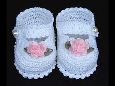 Diy Crafts - Today we have an amazing video tutorial for crochet lovers and we hope you will learn it easily. Crochet baby shoes always looks lovely, Booties Crochet, Crochet Shoes Pattern, Crochet Baby Sandals, Crochet Baby Boots, Baby Girl Crochet, Crochet Baby Clothes, Crochet Slippers, Shoe Pattern, Crochet Baby Dresses