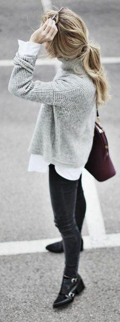 on combine le gris, le blanc et le noir pour être style cet hiver, ample pull col roulé et jean foncé