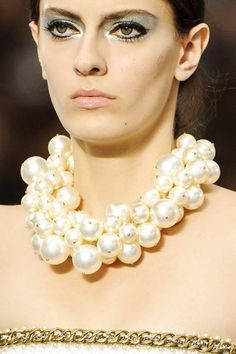 Chanel at Paris Fashion Week Spring 2013 - Details Runway Photos Chanel Necklace, Chanel Pearls, Estilo Coco Chanel, Jewellery Shop Near Me, Maxi Collar, Couture Trends, Neck Accessories, Scarf Jewelry, Jewlery