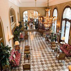 [Lobby] ⚜️ - An elegant universe with captivating flavours • [Lobby] ⚜️ - Un univers élégant aux saveurs enivrantes • #livingthereginalife #ThePreferredLife  • #hotelreginaparis #leshotelsbaverez #cityoflights #paris #hotellovers #travel #traveltheworld #parisluxurylifestyle #parisianlife #parisjetaime #visitparis #livethefrenchway #hotellife #parisian #parislife #luxuryhotel #travelandleisure The French Way, Lobby, Five Star Hotel, Best Location, Opera House, Table Settings, Louvre, Hotels, Universe
