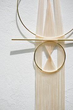 .: RÉFLECTEUR:. blanc Tenture murale artisanale moderne et minimal Il mesure environ 12 de large x 36 de longueur Matériaux: le cordon de nylon en laiton, blanc * Chaque pièce est Assemblée à l'unité à la main. Il peut varier légèrement de l'image présentée. Si vous avez