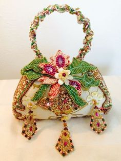 The majority of us visualize our handbags and purses as an echo of our personality, and not simply as an item by which to carry our things. Unique Handbags, Unique Purses, Beautiful Handbags, Beautiful Bags, Purses And Handbags, Mary Frances Purses, Mary Frances Handbags, Beaded Purses, Beaded Bags