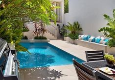 Courtyard garden Pool - 2 Small Backyard Ideas Designing Chic Outdoor Spaces with Swimming Pools Inground Pool Designs, Small Inground Pool, Small Swimming Pools, Small Pools, Small Backyard Landscaping, Swimming Pool Designs, Landscaping Ideas, Backyard Ideas, Small Backyards