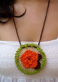 #Complementos de #moda.Collar medallón de #crochet con flor naranja diseñada por DIDIcrochet. Venta, € 10 . http://DIDIcrochet.dawanda.com