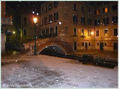 Venise sous la neige dans le Cannaregio : Le Campiello et le pont de Santa Maria Nova le long du rio dei Miracoli
