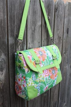 This bag has some nice touches that I really like, and its a free pattern!