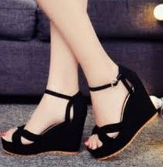 Cute Shoes Heels, Fancy Shoes, Shoes Heels Wedges, Pretty Shoes, Wedge Sandals Outfit, Black Wedge Shoes, Black Wedges, Fashion Sandals, Fashion Boots