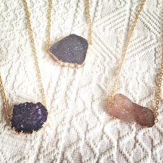 Achat und Amethyst-Ketten mit schimmernden Kristallen