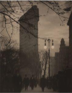 El Flatiron por Alvin Langdon Coburn. Como Steichen y Stieglitz, la fascinación que este edificio provocaba a principios de siglo y que aún hoy sigue provocando