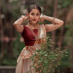 Blouse Back Neck Designs, Blouse Designs, Onam Saree, Kerala Saree, Kasavu Saree, Indian Sarees, Silk Sarees, Indian Photoshoot, Saree Photoshoot