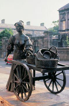 La famosa estatua de Molly Malone en Dublín, Irlanda. Molly Mallone es un personaje famoso en la novela Ulises, igualmente famosa, del escritor irlandés James Joyce. La fama del personaje se debe al uso del monólogo interno para expresar los pensamientos de Molly.
