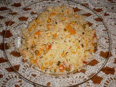 4 xícaras de arroz cozido  - 1 cenoura grande ralada  - 2 tomates maduros sem sementes picados  - cebolinha verde e salsinha a gosto  - 1/2 lata de ervilha  - 1/2 lata de milho verde  - 15 azeitonas verdes picadas  -