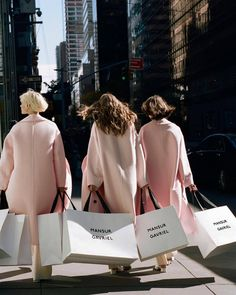 Luxury Lifestyle Marketing: 3 Ways to Appeal to the Lifestyle . Easy Style, Classy Aesthetic, Poses, Rich Girl, Mode Vintage, Girl Gang, Looks Style, Mode Inspiration, Gossip Girl