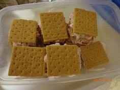 ♥ Mama 2 Multiples ♥: Strawberry Cool Whip Graham Cracker Dessert Recipe - I have made these. They are soooo good! Graham Cracker Dessert, Graham Crackers, Cool Whip Desserts, Fun Desserts, Healthy Desserts, Yummy Treats, Sweet Treats, Yummy Food, Summer Dessert Recipes