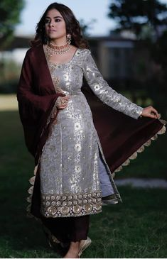 Fancy Dress Design, Stylish Dress Designs, Designs For Dresses, Stylish Dresses, Indian Fashion Dresses, Dress Indian Style, Indian Designer Outfits, Indian Outfits, Punjabi Suits Party Wear