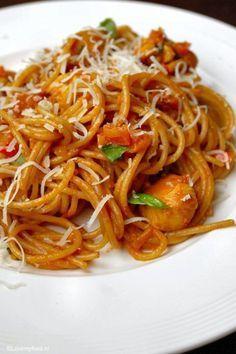 Pittige pasta met kip en romige knoflooksaus - Lovemyfood.nl