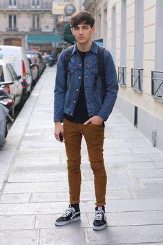 Vans Old Skool. Macho Moda - Blog de Moda Masculina: Vans Old Skool: Dicas de Looks Masculinos com o Sneaker pra Inspirar! Moda Masculina, Street Wear, Moda Skate Masculina, Roupa de Homem, Moda para Homens. jaqueta Jeans, Camiseta Preta Lisa masculina, Calça Marrom Masculina, Vans Old Skool preto e branco.