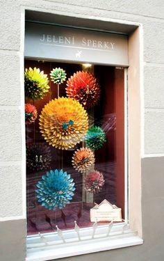 Z pestrobarevné scenérie vás může přecházet zrak. Žlutá květina s mašlí Hippie se totiž točí! / 2015 Aquarium, Goldfish Bowl, Aquarium Fish Tank, Aquarius, Fish Tank