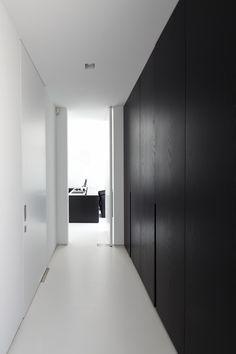 architectenburo bart coenen te antwerpen // architect van moderne woningen Minimalist Interior, Minimalist Home, Modern Interior, Home Interior Design, Interior Architecture, Interior And Exterior, Casa Milano, Hallway Storage, Wardrobe Doors