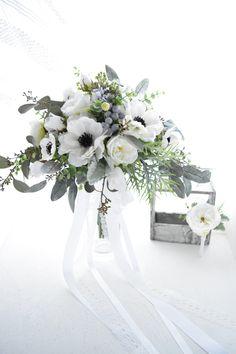 アネモネとバラのナチュラルクラッチブーケ Silk Flower Bouquets, Flower Bouquet Wedding, Silk Flowers, Winter Bouquet, Winter Flowers, Older Bride, Wedding Bridesmaids, Wedding Decorations, Color