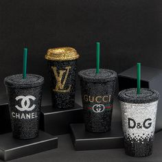 These designer-inspired bling Starbucks cups add sparkle and style in the way you drink your coffee. Copo Starbucks, Starbucks Logo, Starbucks Tumbler, Starbucks Drinks, Personalized Starbucks Cup, Custom Starbucks Cup, Mode Logos, Coffee Shop, Coffee Cups