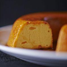 Préchauffer le four à 180 °C. Dans une casserole, verser 250 g de sucre et 15 cl d'eau froide.