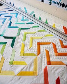 """Iva Steiner on Instagram: """"Es ist wieder mal ein Regenbogen-Quilt auf meiner Longarm. Ich liebe diesen Farbverlauf einfach. Und durch die vielen 1/2 Inch Kreise bin…"""" Quilts, Blanket, Instagram, Rainbow Quilt, Paint Run, Simple, Circles, Love, Quilt Sets"""