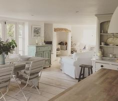 Shabby and Charme - light colours and wood - English cottage Rustic Cottage, White Cottage, Cottage Chic, Living Room White, White Rooms, Cottage Lounge, Modern Country Style, Cottage Interiors, Open Plan Living