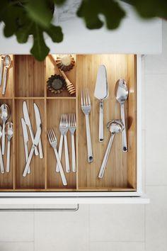 Del centro hacia fuera. O de arriba a abajo. Con los cubiertos IKEA 365+, móntatelo a tu manera. Kitchenette, Cuisines Design, Keep It Simple, Painted Furniture, Sweet Home, Room, House, Design Moderne, Anna