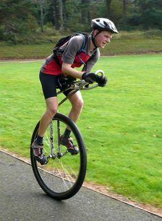 Sam Wakeling tiene el actual récord mundial Guinness para la distancia monociclo en 24 horas: 281,85 millas (453,6 kilometros)