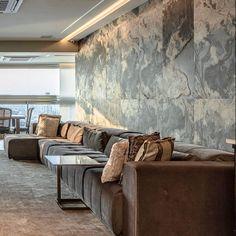 Por: @adrianapaivaarquiteta Couch, Furniture, Home Decor, Homemade Home Decor, Sofa, Sofas, Home Furnishings, Interior Design, Couches