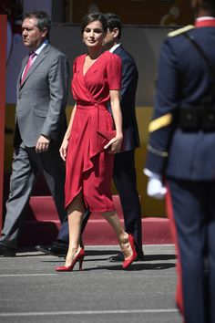 1 June 2019 - King Felipe and Queen Letizia attend Armed Forces Day in Sevilla - dress by Cherubina Vestidos Zara, Classy Outfits, Beautiful Outfits, Cool Outfits, Royal Fashion, Love Fashion, Zara Dresses, Fashion Dresses, Full Figure Dress