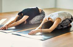 8 Basic Yoga Asanas That Will Relieve Fibromyalgia Poses Yoga Faciles, Psoas Iliaque, Fibromyalgia Exercise, Fitness Models, Fitness Motivation, Hip Problems, Yoga For Back Pain, Easy Yoga Poses, Yoga Posen
