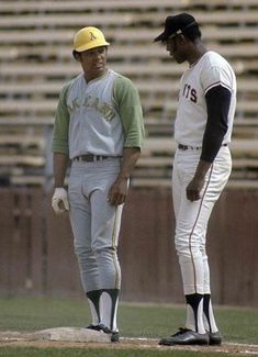 PHOENIX, AZ - CIRCA First baseman Willie McCovey of the San Francisco Giants standing at first base talking with Reggie Jackson of the Oakland Athletics circa late during a spring. Get premium, high resolution news photos at Getty Images San Francisco Baseball, San Francisco Giants, Dodgers, National Baseball League, National League, Mlb Uniforms, Pirates Baseball, Reggie Jackson, Baseball Pictures