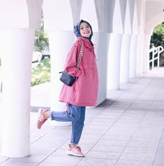 Image about fashion in hijab 🧕 by on we heart it Modern Hijab Fashion, Muslim Fashion, Modest Fashion, Girl Fashion, Fashion Dresses, Hijab Chic, Casual Dress Outfits, Hijab Outfit, Muslim Girls