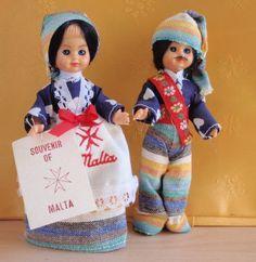 """Poupées de Malte Couple de poupées en plastique , yeux dormeurs de 13 cm étiquette """"Souvenir de Malte"""" ils sont vétus en tissu traditionnel de coton , le tissage étant l'une des activités artisanales de l'archipel pour la femme jupe en tissu de coton..."""