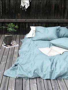 Summer goals: slapen in de buitenlucht | IKEA IKEAnl IKEAnederland interieur wooninterieur inspiratie wooninspiratie buiten tuin buitenleven slapen tukken slaapkamer kamperen matras PUDERVIVA dekbedovertrek overtrek bed buitenbed Bedroom Inspo, Home Bedroom, Bedrooms, Wooden Bed Base, Simple Sofa, Ikea Home, Linen Duvet, Guest Bed, Deco