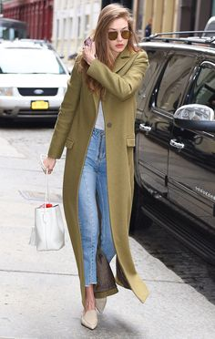 Look del día. White top+cropped denim+beige pointed mules+khaki long coat+white crossbody bag+sunglasses. Winter Casual Outfit 2017
